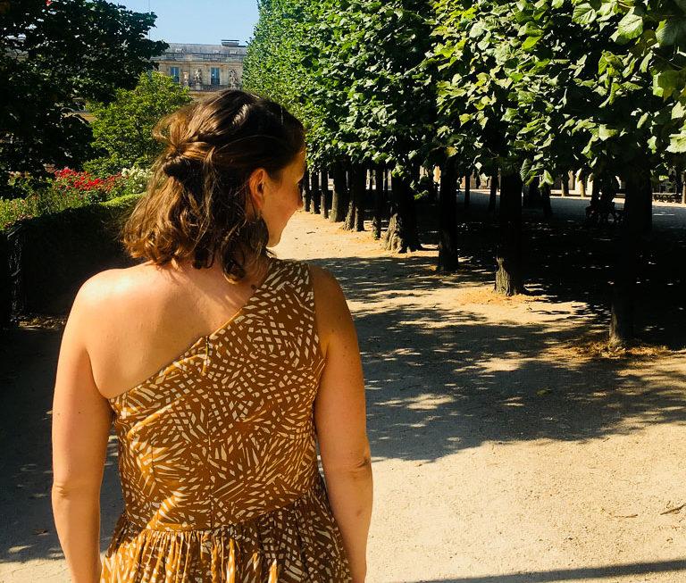 Une robe asymétrique ensoleillée